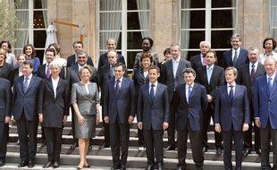 Le gouvernement français le 24 juin 2009 sur le perron de l'Elysée.
