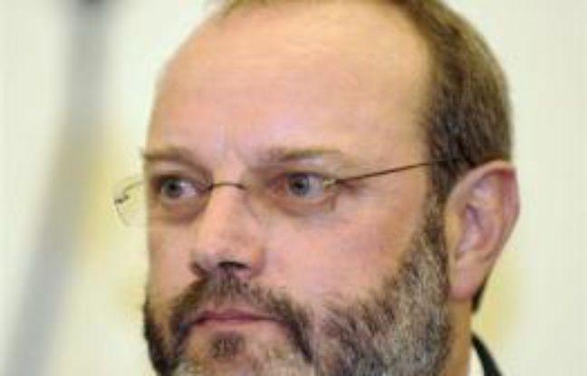 Le Dr Jean-Louis Muller, un ancien légiste de 52 ans, a été condamné jeudi à une peine de 20 ans de réclusion criminelle par la cour d'assises du Bas-Rhin pour le meurtre de sa femme, tuée d'une balle dans la tête en novembre 1999 au domicile conjugal à Ingwiller (Bas-Rhin)