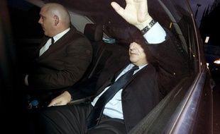 Dominique Strauss-Kahn, pris à partie par une centaine d'étudiants, est contraint de quitter précipitamment l'université britannique de Cambridge où il vient de tenir une conférence, vendredi 9 mars 2012