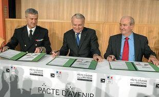 Patrick Strzoda (à gauche) lors de la signature du pacte d'avenir à Rennes.
