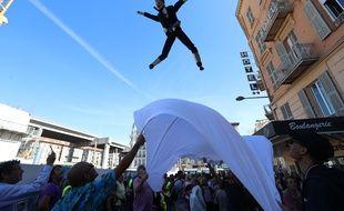 Des « gilets jaunes » jettent une marionnette à l'effigie d'Emmanuel Macron, à Nice, le 28 septembre 2018.