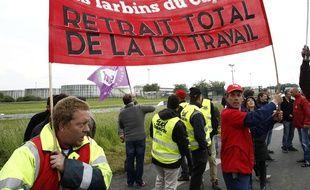 Des manifestants  avec une banderole de la CGT, bloquant le dépôt de carburant de Douchy-les-Mines, le 23 mai 2016.