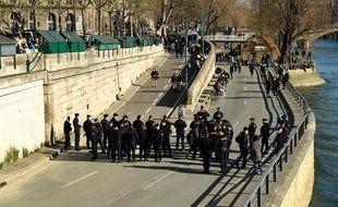 Coronavirus: La police évacue les quais de Seine à Paris