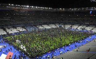 La pelouse du Stade de France, à Saint-Denis, occupée par les spectateurs du match amical France-Allemagne, après les attaques de Paris, le 13 novembre 2015