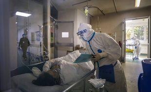 Un nouveau patient est hospitalisé, dimanche 16 février 2020, à l'hôpital Jinyintan à Wuhan.