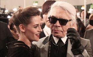 Kristen Stewart et Karl Lagerfeld le 4 mai 2015 à la suite d'un défilé Chanel en Corée du Sud.