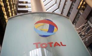 Total a annoncé mercredi avoir démarré l'extraction d'un gisement de gaz à condensats (contenant également du pétrole) au large de l'Indonésie, deux mois plus tôt que prévu, une bonne nouvelle pour sa production mondiale d'hydrocarbures, plombée cette année par divers problèmes.