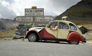 Illustration d'une voiture Citroën 2cv en montagne.