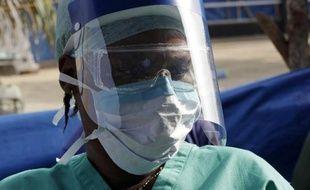 Une soignante dans un centre de traitement du virus Ebola à Freetown en Sierra Leone le 19 décembre 2014