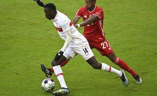 Silas Wamangituka à la lutte avec David Alaba lors du match de Bundesliga entre le Bayern Munich et le VfB Stuttgart, le 20 mars 2021.