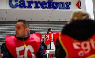 Des salariés de Carrefour manifestent contre les suppressions de postes à Lomme, près de Lille.