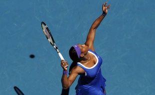 Serena Williams a concédé sa première défaite à l'Open d'Australie depuis 2008, pour être éliminée dès les huitièmes de finale, alors qu'Andy Murray s'est qualifié très tranquillement, sur abandon, pour les quarts de finale, lundi à Melbourne.