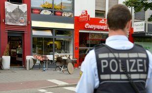 Un policier sur les lieux d'une attaque mortelle à la machette, le 24 juillet 2016 à Reutlingen (Allemagne).