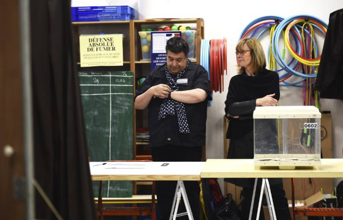 Un bureau de vote attend les votants à Marseille, le 7 mai 2017. – ANNE-CHRISTINE POUJOULAT / AFP