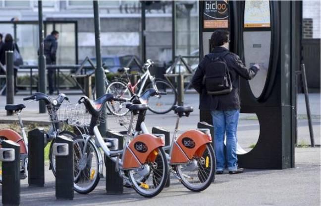 Un cycliste retire un Bicloo depuis une borne automatique.