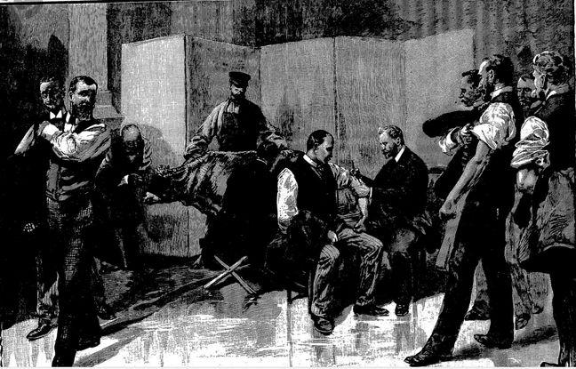 Cette gravure, parue dans le journal L'Univers Illustré en janvier 1894, montre des employés de l'Hôtel de Ville qui se font vacciner.