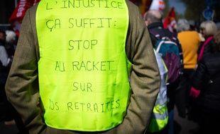 Un gilet jaune pendant la manifestation de retraités à Paris contre les projets de réforme des retraites du gouvernement, le 11 avril 2019.