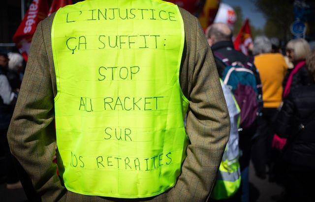 PAUVRETÉS, INÉGALITÉS, etc. 640x410_gilet-jaune-pendant-manifestation-retraites-paris-contre-projets-reforme-retraites-gouvernement-11-avril-2019