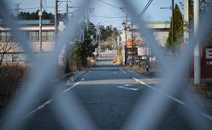 Une grande clôture bloque l'accès à la zone d'exclusion dans l'espace réglementé de Fukushima, le 4 mars 2021, à Okuma, au Japon.
