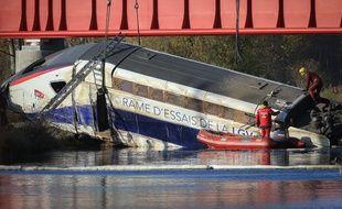 Strasbourg le 15 novembre 2015. Levage de la motrice du TGV Est accidenté. sous le regard des badauds.