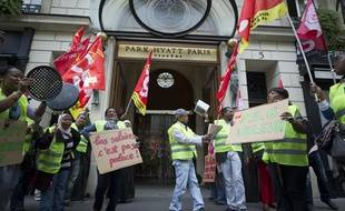 Manifestation devant l'hôtel Park Hyatt Paris-Vendôme à Paris, le 22 septembre 2013.