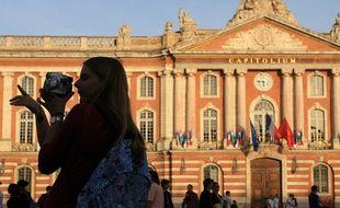 Des touristes sur la place du Capitole.