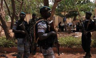 """Les chefs d'Etat d'Afrique de l'Ouest, réunis lundi à Dakar, ont menacé d'intervenir militairement au Mali en pleine tourmente et annoncé un """"embargo total"""" et immédiat au moment où la ville de Tombouctou (nord) tombait aux mains des islamistes qui en ont chassé les rebelles touareg."""