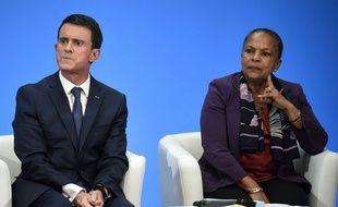 Manuel Valls et Christiane Taubira lors d'une conférence de presse à l'Elysée le 23 décembre 2015.