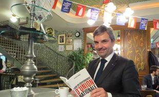Olivier Régis, candidat à l'élection présidentielle de 2017 dans un café de la rue des Abbesses dans laquelle il a grandi.