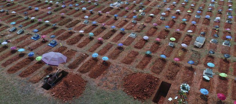 Le cimetière San Juan Bautista, le 20 mars 2021, avec les nouvelles tombes causées par le coronavirus.