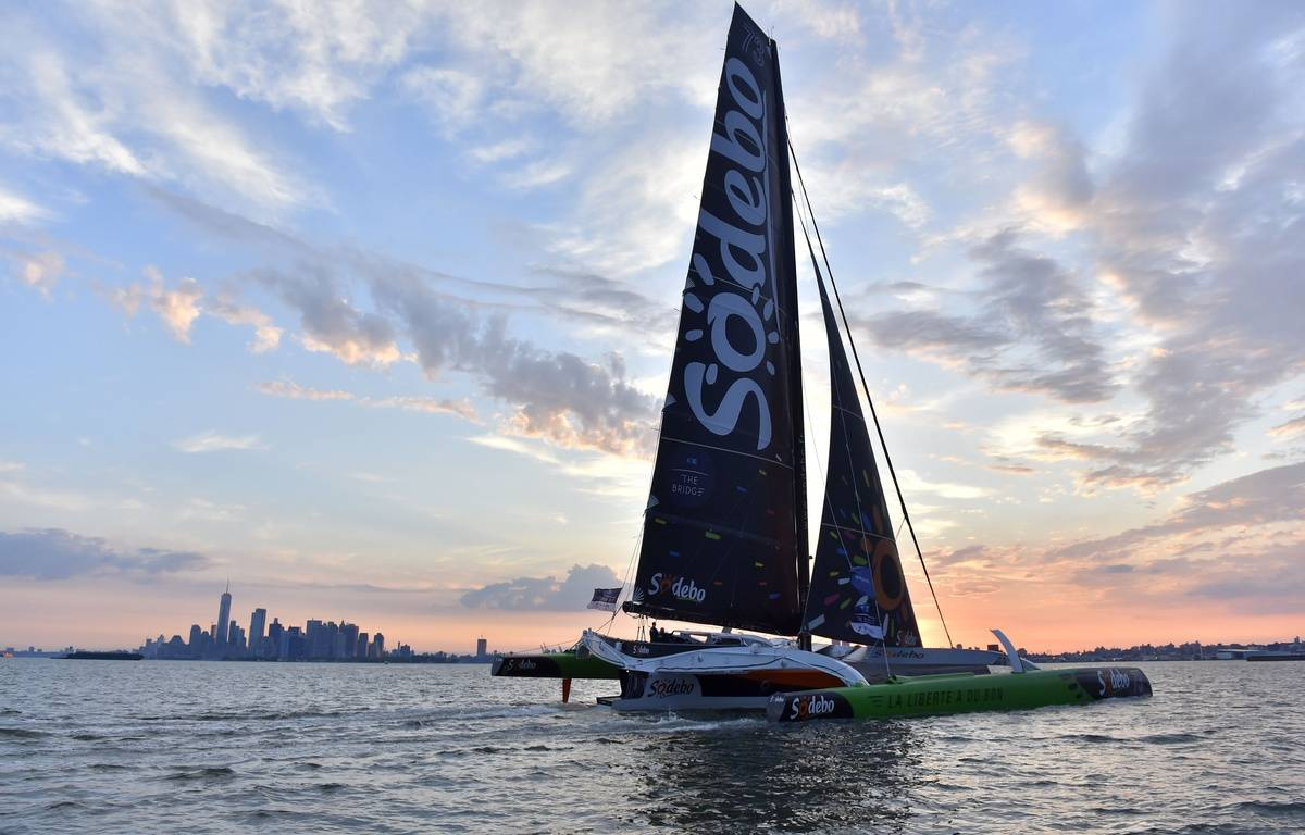 Thomas Coville à bord de son multi-coques au large de New York, le 4 juillet 2017. – LOIC VENANCE / AFP