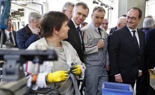 Le président François Hollande visite l'usine PSA Peugeot Citroën de Trémery, près de Metz, le 27 mars 2015