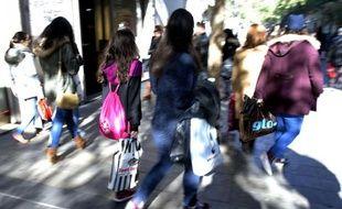 Des Espagnoles portent des sacs remplis de leurs achats au 1er jour des soldes à Madrid, le 7 janvier 2015