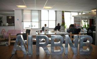 Des employés dans les bureaux parisiens de la société Airbnb, le 21 avril 2015