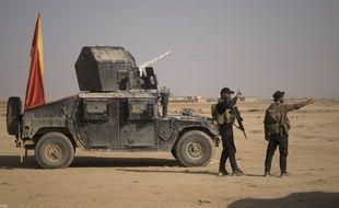 Des combattants irakiens près de la ligne de front d'Al-Attasa, à une trentaine de kilomètres de Mossoul (Irak), où le siège des combattants de l'Etat islamique se poursuit, le 13 novembre 2016.