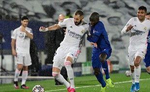 Le milieu de terrain français de Chelsea N'Golo Kante défie l'attaquant français du Real Madrid Karim Benzema lors de la demi-finale de la Ligue des Champions de football match aller entre le Real Madrid et Chelsea au stade Alfredo di Stefano de Valdebebas.