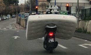 Le scooter transportait un matelas