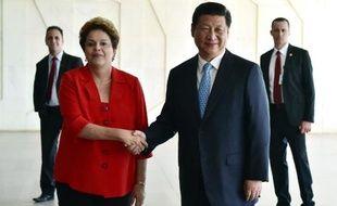 Le présdient chinois Xi Jinping (d) au côté de son homologue brésilienne Dilma Rousseff, le 17 juillet 2014 à Brasilia