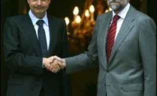 Le gouvernement espagnol, en quête d'unité après la rupture du processus de paix avec l'ETA, a entamé lundi un dialogue difficile avec l'opposition conservatrice, alors que le parti basque radical Batasuna se démarquait du récent attentat meurtrier de l'organisation armée.