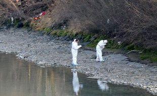 Des enquêteurs de la police autrichienne effectuent des prélèvements sur les berges de l'Inn où a été découvert le corps de Lucile, le 14janvier 2014.
