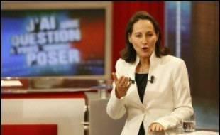 """Ségolène Royal s'est dite lundi sur TF1 """"la seule"""" à pouvoir mener le changement en France, soulignant sa volonté de concilier modernisation économique et justice sociale et récusant toute hausse rapide du Smic à 1.500 euros au nom du """"réalisme""""."""