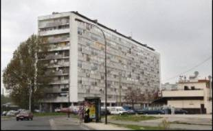 Des échauffourées violentes ont opposé dans la nuit de lundi à mardi à Montfermeil (Seine-Saint-Denis) les forces de l'ordre à une centaine de jeunes cagoulés qui ont caillassé le domicile du maire, auteur en avril d'un arrêté anti-bandes.