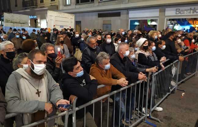 Derrière des barrières, 150 personnes étaient également réunies pour suivre la messe à distance