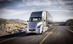 Un camion semi-autonome du constructeur Daimler circulant sur les routes américaines en mai 2015
