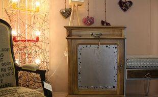 Le show-room de l'Atelier d'éco solidaire, où les meubles trouvent une seconde vie après avoir été customisés