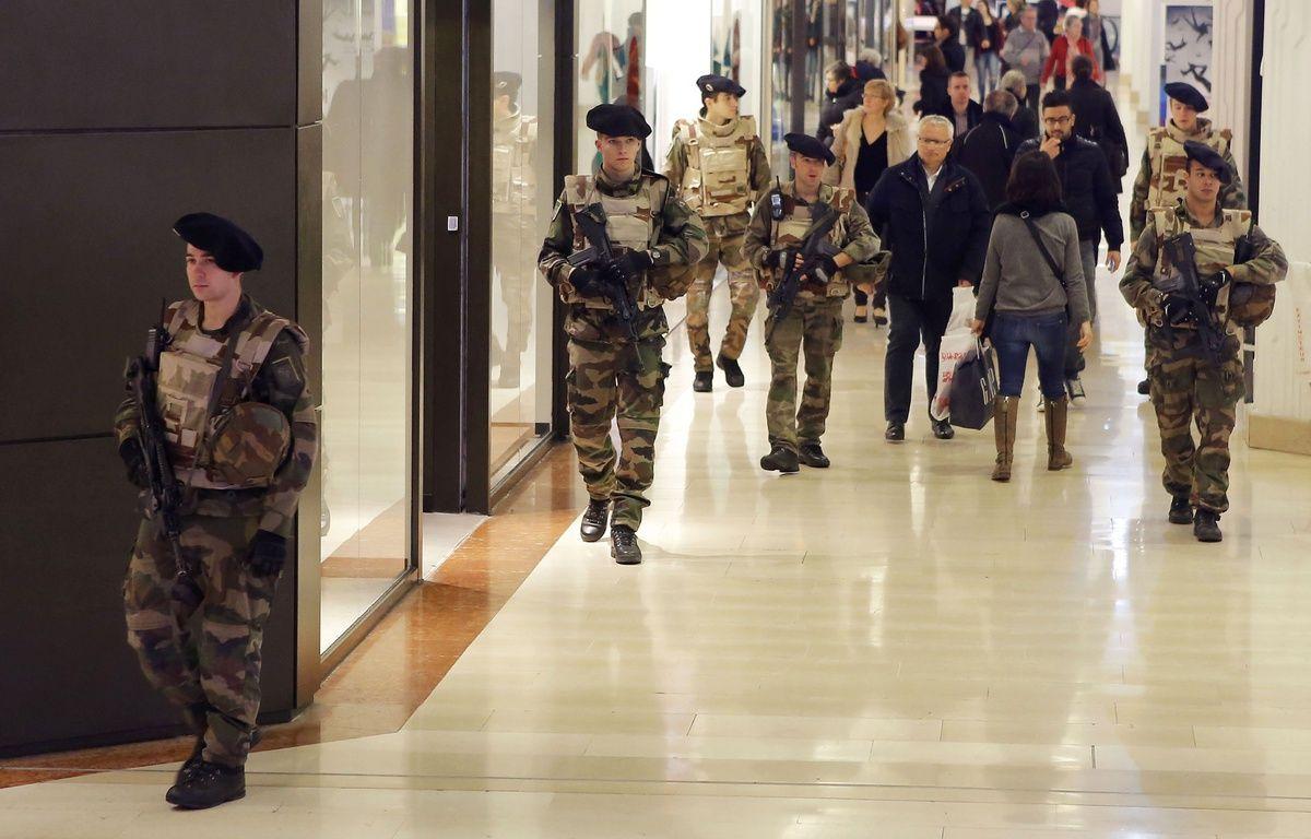 Des soldats patrouillent a la gare et au centre commercial de la Part Dieu. Ils sont deployes dans les zones sensibles de Lyon, avec le renforcement du plan Vigipirate.  Le gouverneur militaire de la zone de defense Sud Est affirme que plusieurs centaines de militaires sont mobilises. Lyon, (Rhone) FRANCE-16/01/2014./FAYOLLE_1201.09/Credit:Pascal Fayolle/SIPA/1501171212 – SIPA
