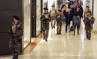 Des soldats patrouillent a la gare et au centre commercial de la Part Dieu. Ils sont deployes dans les zones sensibles de Lyon, avec le renforcement du plan Vigipirate.  Le gouverneur militaire de la zone de defense Sud Est affirme que plusieurs centaines de militaires sont mobilises. Lyon, (Rhone) FRANCE-16/01/2014./FAYOLLE_1201.09/Credit:Pascal Fayolle/SIPA/1501171212