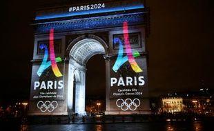 Le logo officiel de la candidature de Paris aux JO-2024 projeté sur l'Arc de Triomphe à Paris, le 9 février 2016