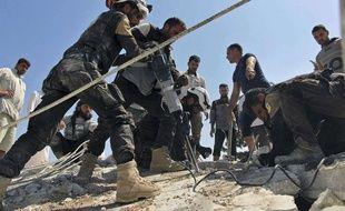 Des Casques blancs syriens interviennent après des frappes aériennes dans le nord de la Syrie, le 24 septembre 2017.