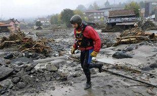 Un secouriste travaille à Brugnato, près de La Spezia en Italie, le 26 octobre 2011.